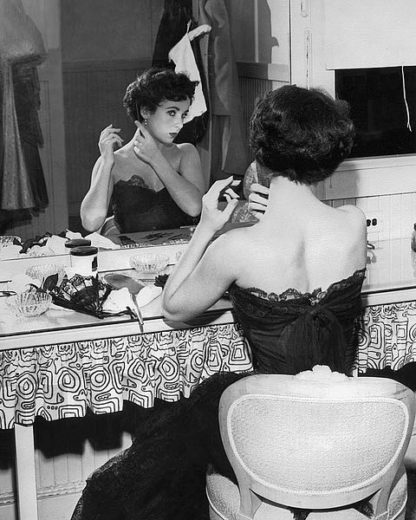 H1366D - Unknown - Elizabeth Taylor 1951 behind the Scenes 'A Place in the Sun'